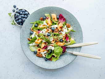 Fristende salat med melon og bær