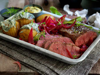 Helstekt roastbiff med hasselbackpoteter