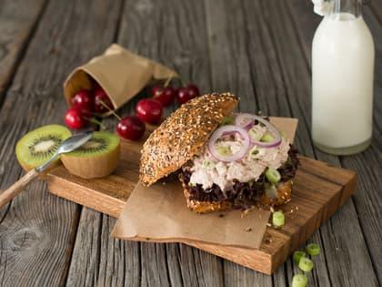 Tunfiskrøre kan nytes med god samvittighet enten du smører den på en skive godt brød eller har den i en salat.