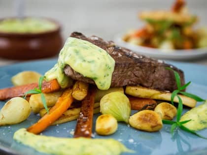 Saftig biff på en seng av rotgrønnsaker, servert med béarnaise.