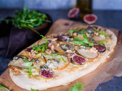 Hvit pizza med blåmuggost, pærer og fiken