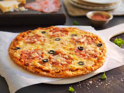 Pizza med salami Napoli og parmesan