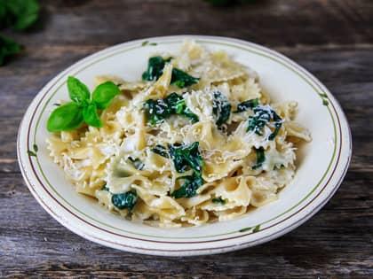 Pasta med ostesaus og spinat