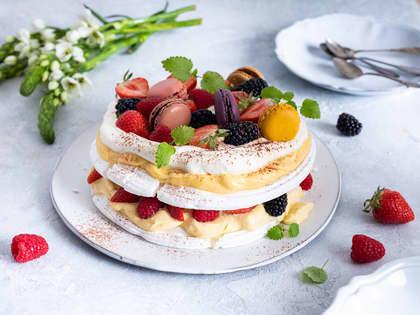 Enkel pavlova med pasjonsfrukt og bær