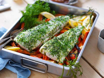 Den gode fisken blir ekstra god når den damper på en tykk seng av honningglaserte rotgrønnsaker.