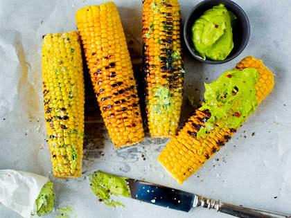 Grillet mais med avokadosmør