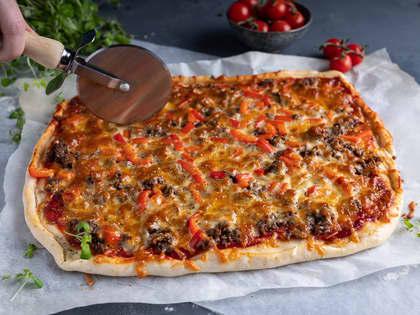 Langpannepizza med kjøttdeig, løk og paprika