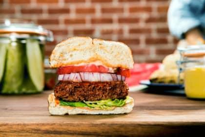 Beyond Meat burger med pommes frites