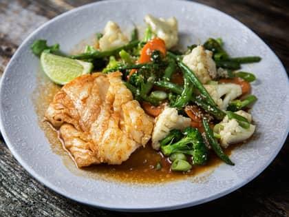 Stekt torsk med grønnsaker og teriyakisaus