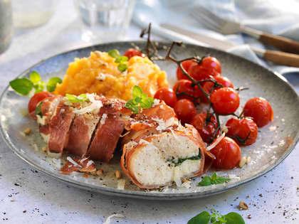 Ovnsbakt kylling fylt med ost og surret i spekeskinke