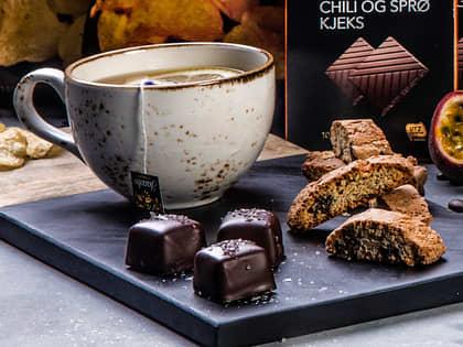 Noe varmt i koppen og en sjokoladebit eller to ved siden av er en uslåelig kombinasjon