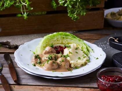 Kjøttboller i fløtesaus med potetmos og kål