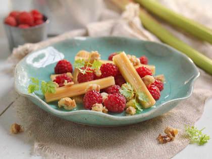 Dessertsalat med syltet rabarbra og bringebær
