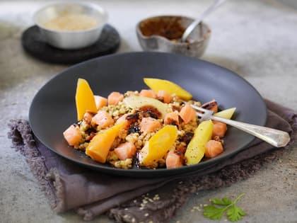 Asiatisk byggrynssalat med laks og gulrøtter