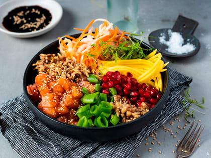 Poke bowl med laks, mango og granateple