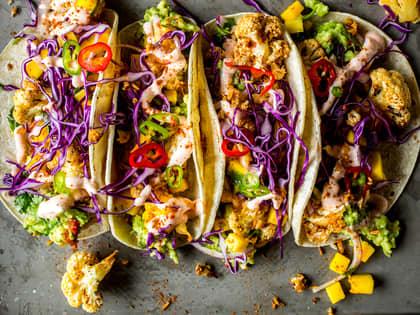 Vegetartaco med stekt blomkål, guacamole og mango