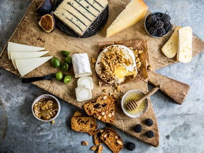 Romantisk kveld med ostefat og godt tilbehør