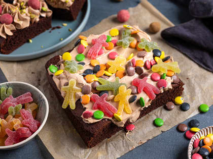 Saftig sjokoladekake med lys sjokoladekrem