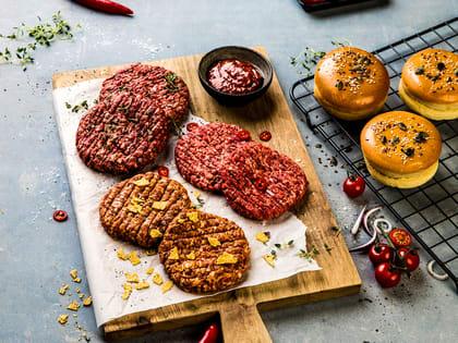 Deigen til angusburgeren inneholder akkurat passe mengde fett, og er kun smaksatt med litt grovmalt sort pepper.
