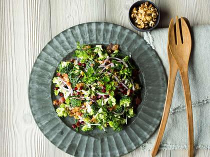 Brokkolisalat med bacon, rødløk og granateple