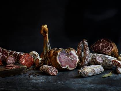 På Ask Gård produseres økologisk spekemat, med norske råvarer og Italiensk inspirerte smaker.
