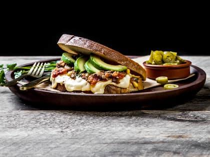 Tex-mex-ostesmørbrød med Ridder®, tacokjøttdeig, tomatsalsa og avokado