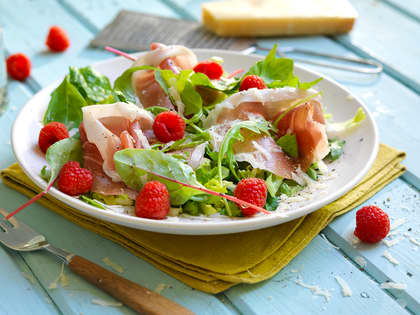Salat med spekeskinke og bringebærvinaigrette