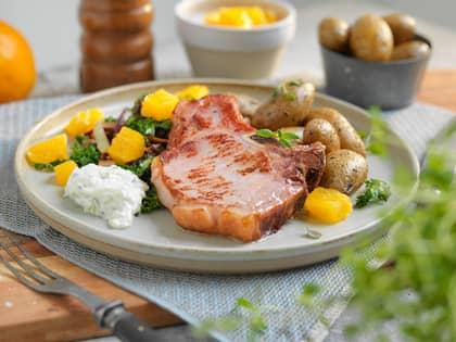 Svinekoteletter med stekt grønnkål og tzatziki