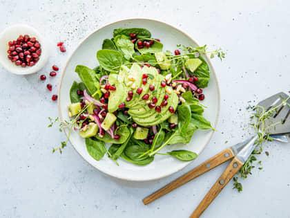 Enkel salat med avokado og kiwi