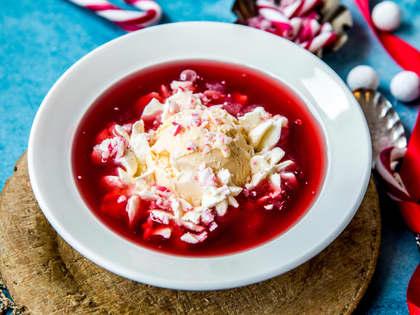 Iskrem med rød saus
