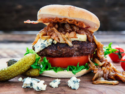 Angusburger med blåmuggost