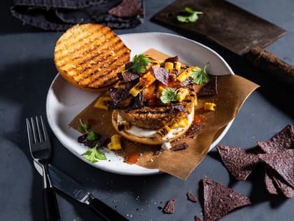 Vegetarburger med grillet mais, sopp og tortillachips