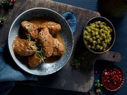 Hjemmelagde kjøttkaker med brun saus og ertestuing