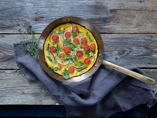 Omelett med spinat og cherrytomater