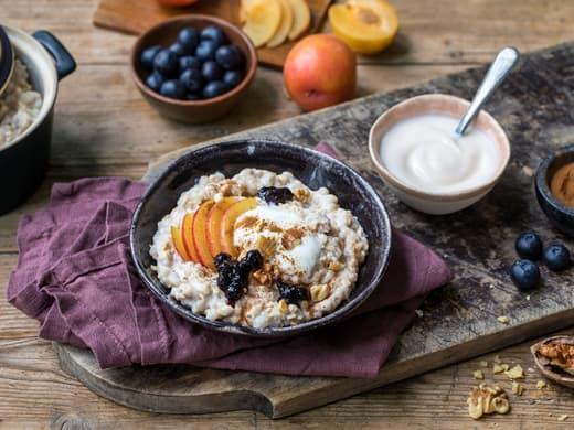 Hjemmelaget byggrynsgrøt med yoghurt