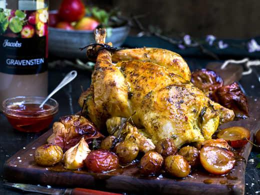 Helstekt kylling med urtesmør, stekte plommer og eplesirup