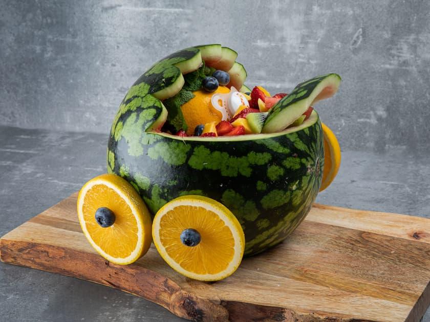Slik lager du barnevogn av melon til babyshower