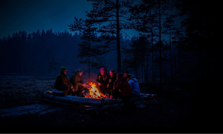 北欧の大自然の中でのキャンプファイアー 北欧アウトドアブランドNORRØNAのサイトより