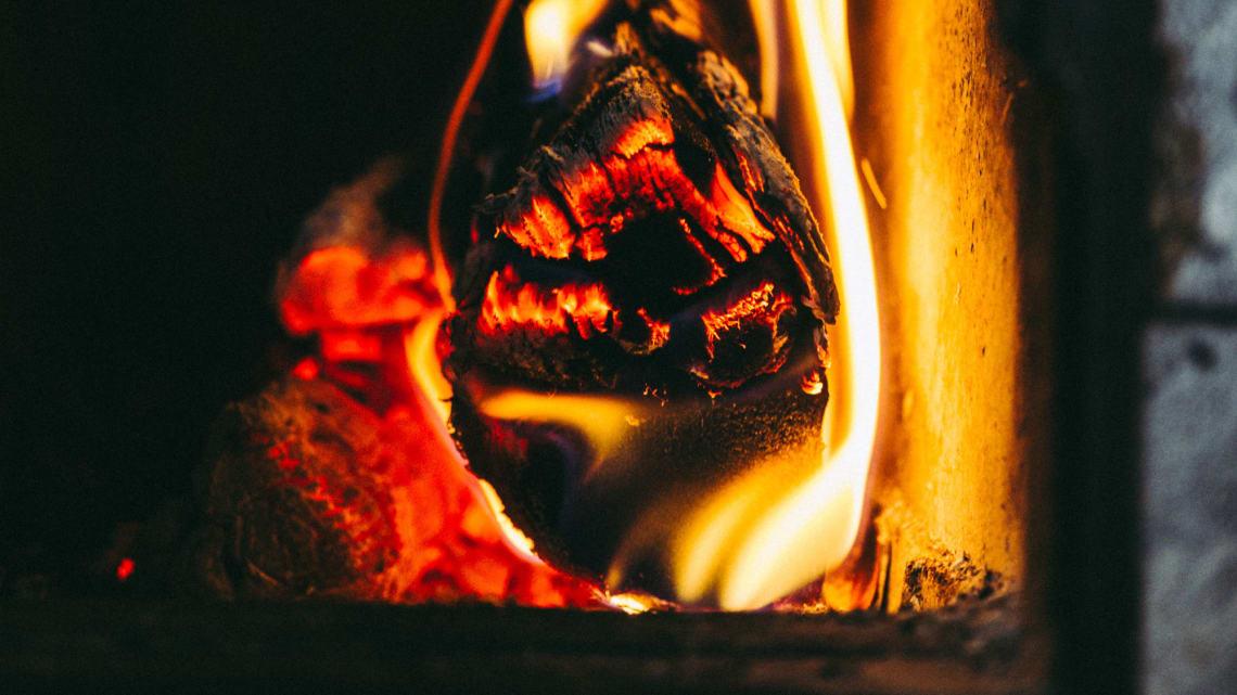 Brenn kun ved og annet rent trevirke i peis og ovn