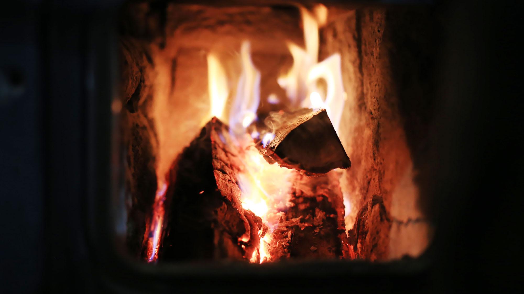 Legger du en vedkubbe av bøk i ovnen,får du ut50% mer varme ennfraenlike storkubbe med gran.