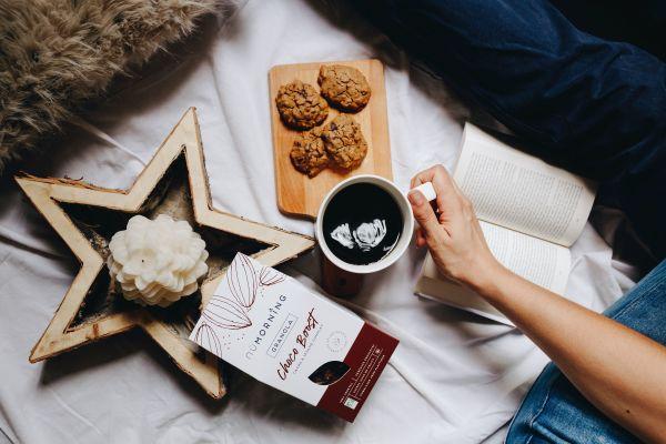 Café et cookie sur un décor de bougie