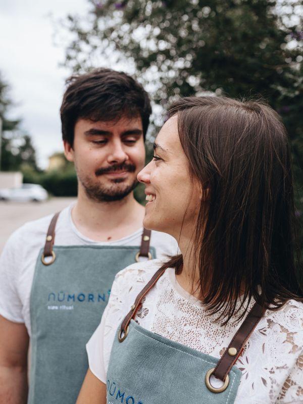 Mathilde & David dehors avec leurs tabliers