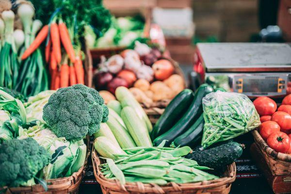 Legumes bio sur une étale dans un marché