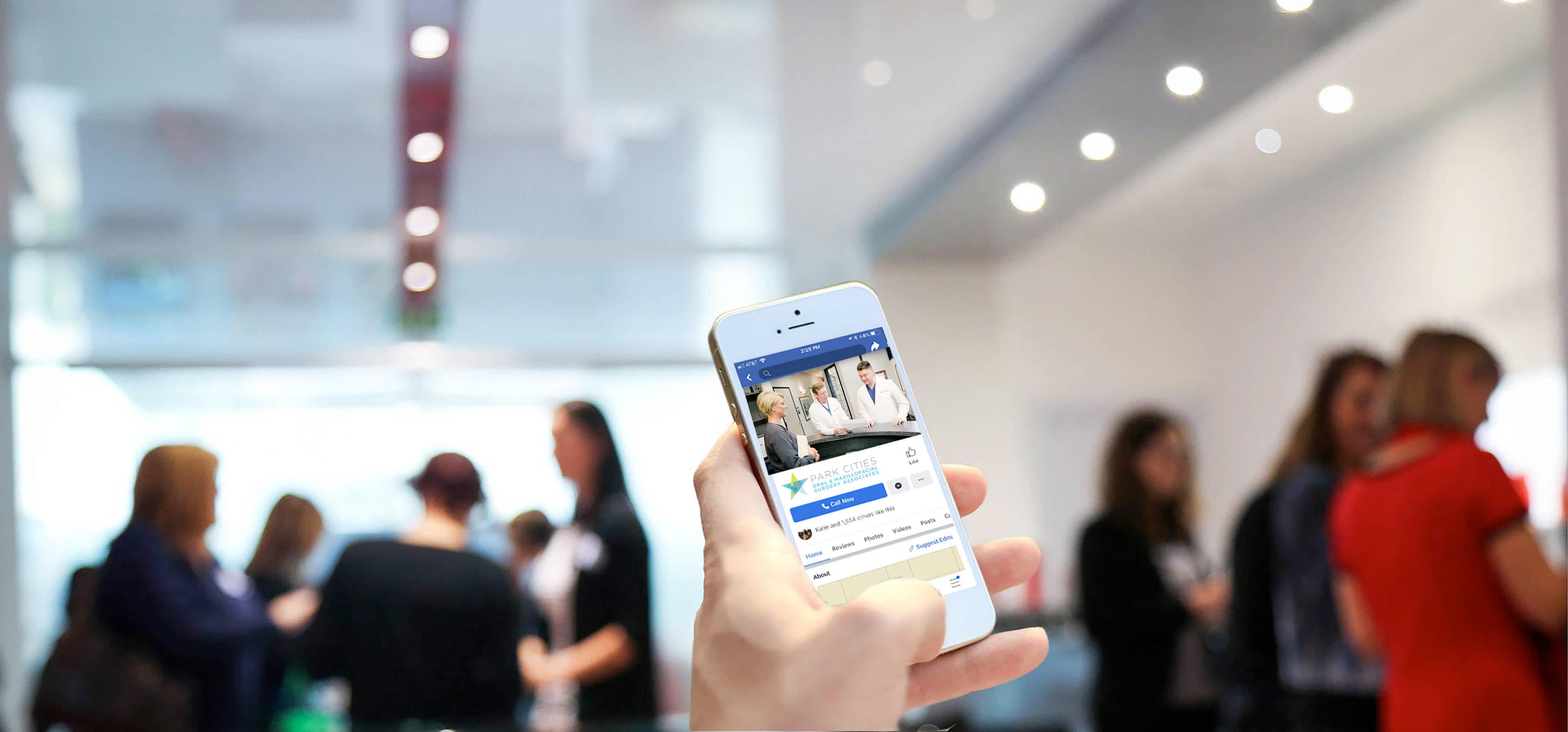 Imagen de mano sosteniendo un teléfono celular