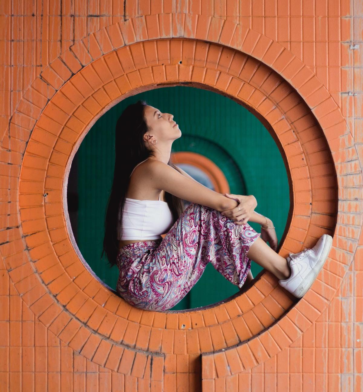 Девушка на кирпичной стене