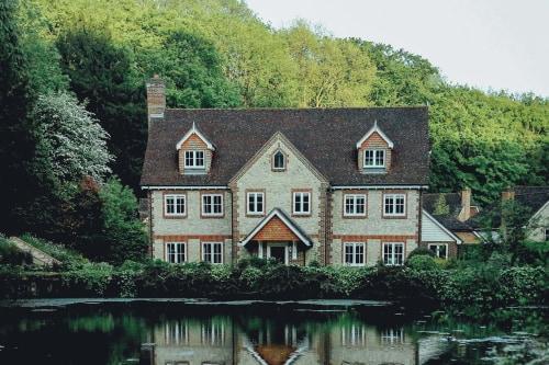 Слуховое окно на крыше: назначение и особенности