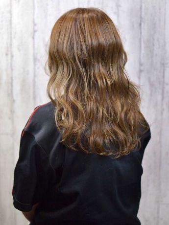 綺麗なハイトーンカラーに巻き髪をして外国人風ヘアに!