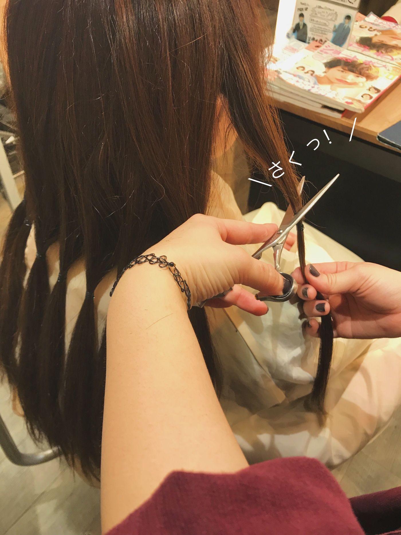 ①髪を何分割かに束ねて切る