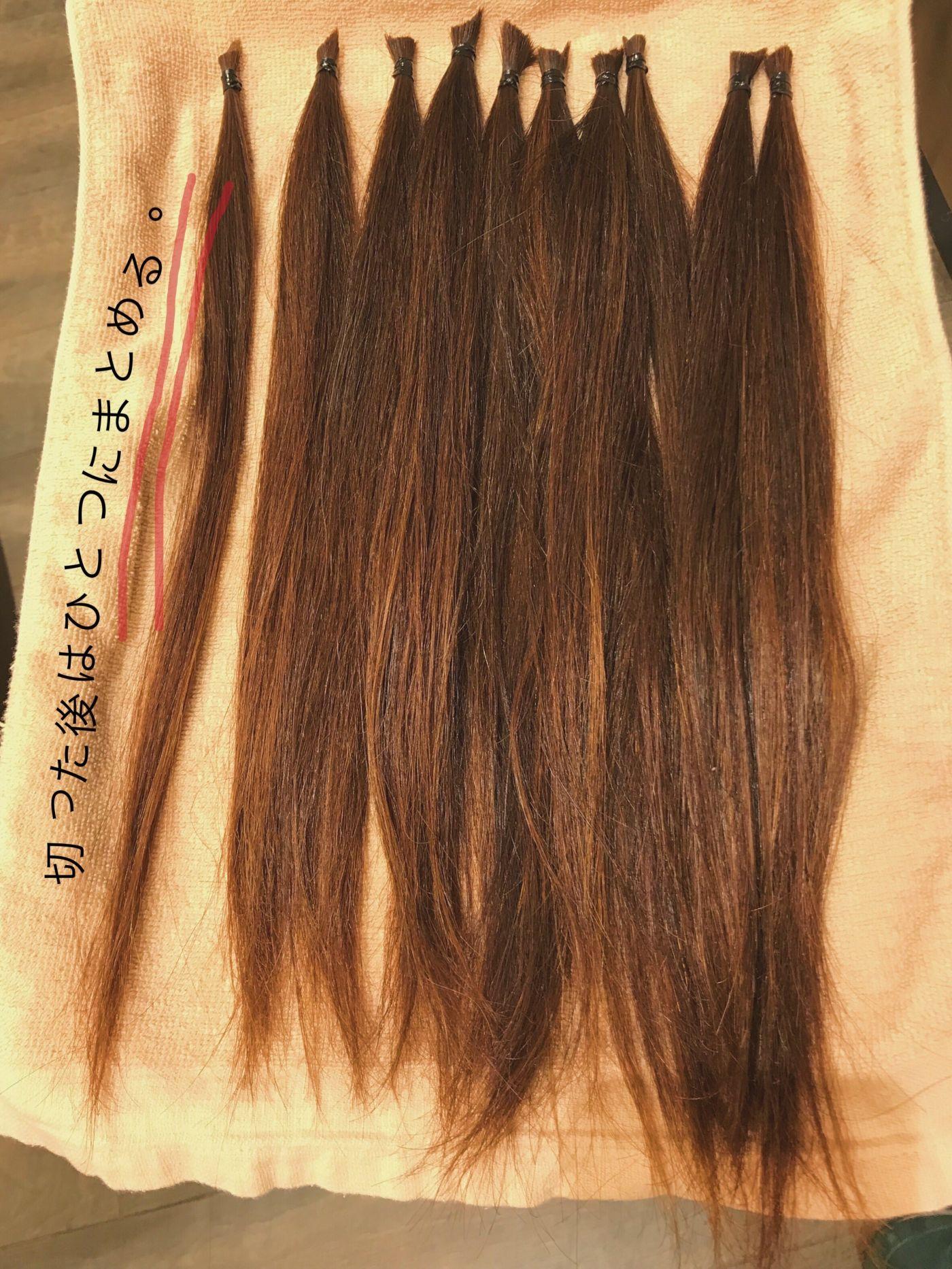 ②髪をひとつにまとめる
