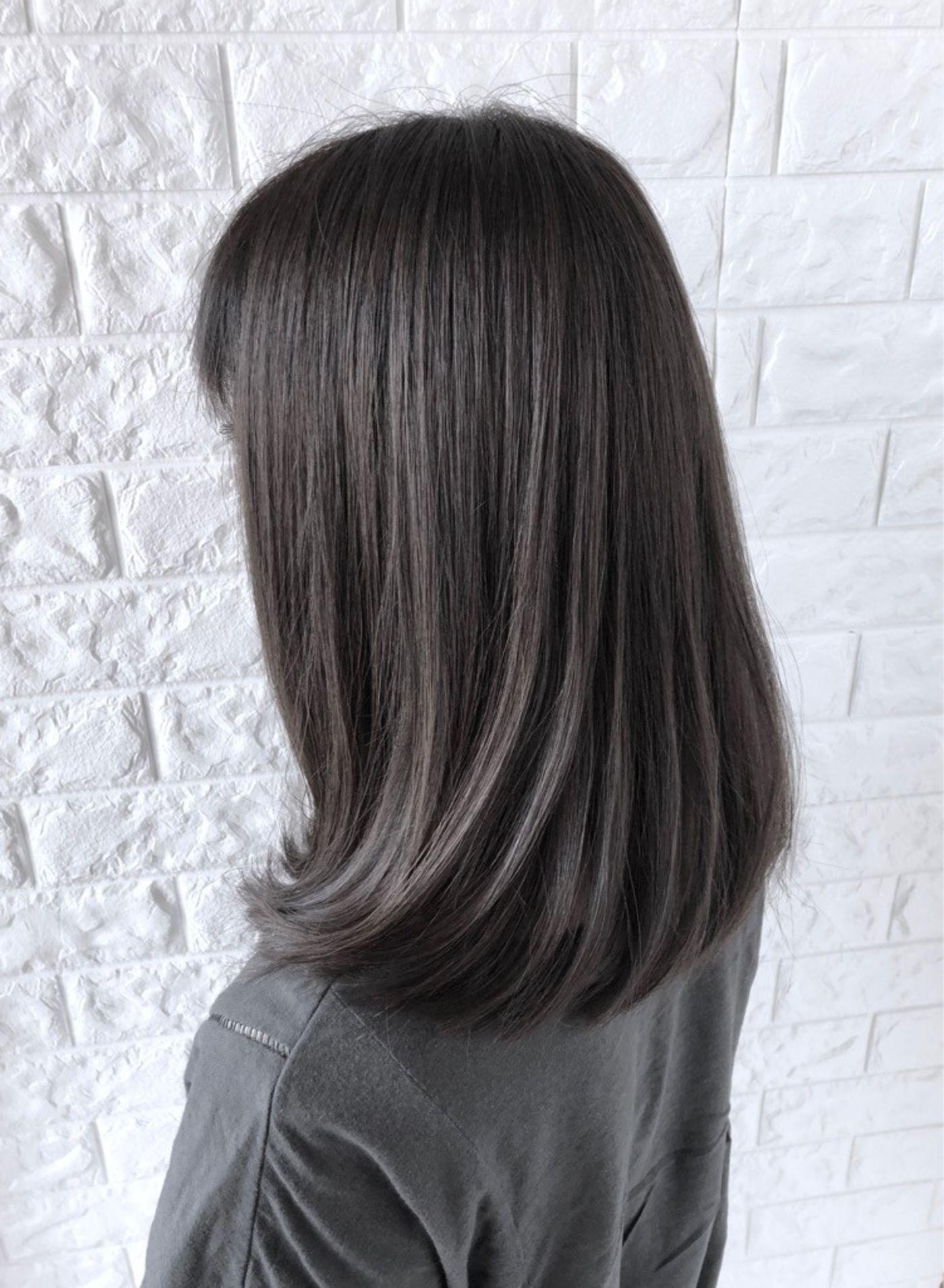 おすすめヘアスタイル2:髪のツヤをキープしたいなら、肩下のワンカールミディスタイルがお勧め!